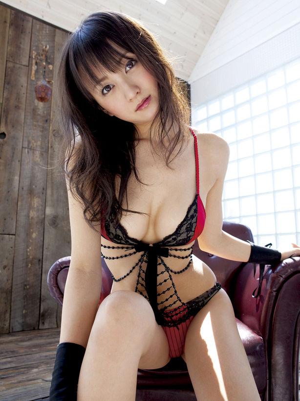 小松彩夏さんのインナー姿