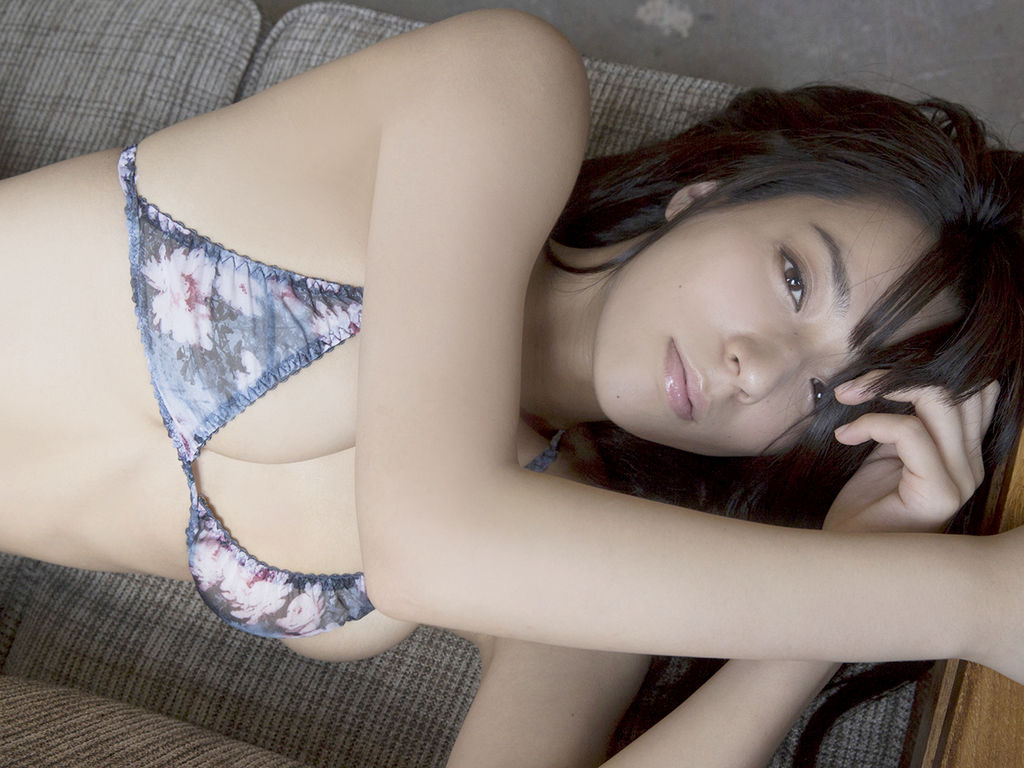 横になって巨乳が見え隠れする小瀬田麻由の画像♪