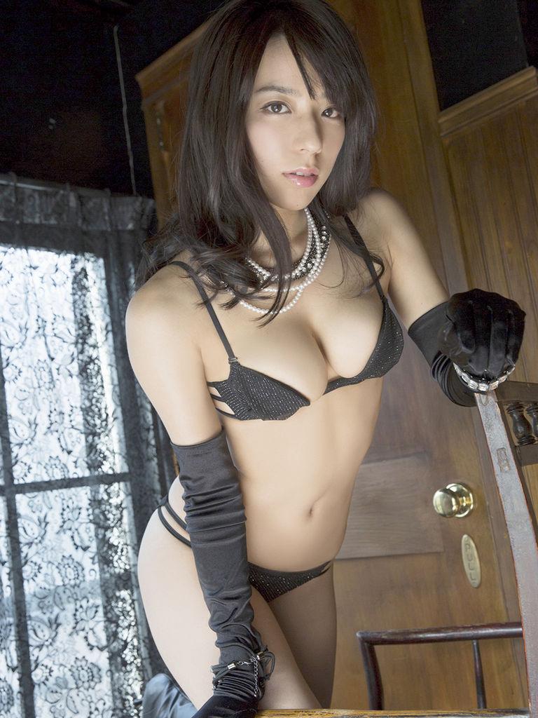 黒の水着でセクシーな姿を披露する小瀬田麻由の画像♪