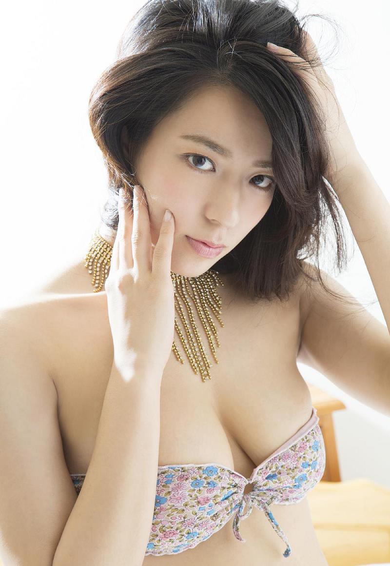 髪を触っている姿がセクシーな小瀬田麻由の画像♪