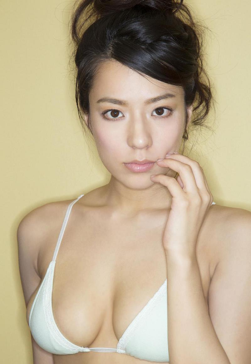 真っ白な水着を着ている小瀬田麻由の画像♪